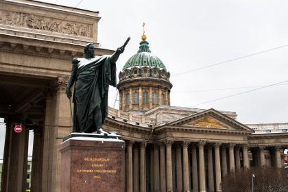 Памятник Кутузову у Казанского собора в Петербурге