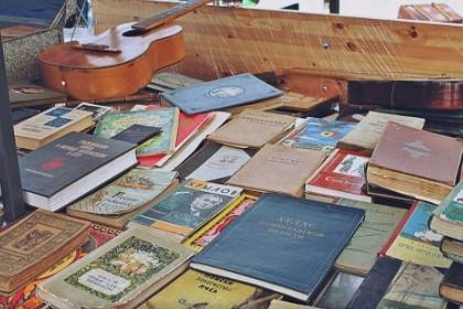Продажа книг на Блошином рынке на Удельной в СПб