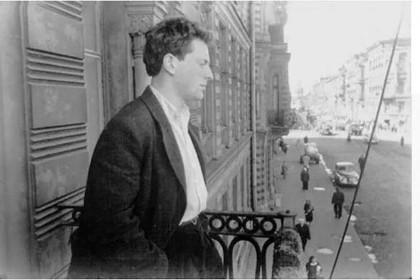 И. Бродский на балконе своей квартиры. 1963 год. Фото - М. Мильчик