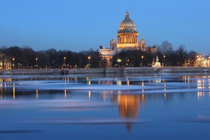Исаакиевский собор в Санкт-Петербурге вид с Невы