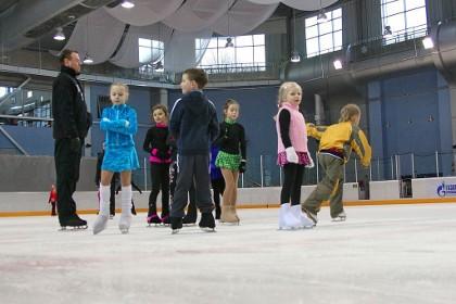 Тренировка юных фигуристов на катке в Таврическом саду в СПб