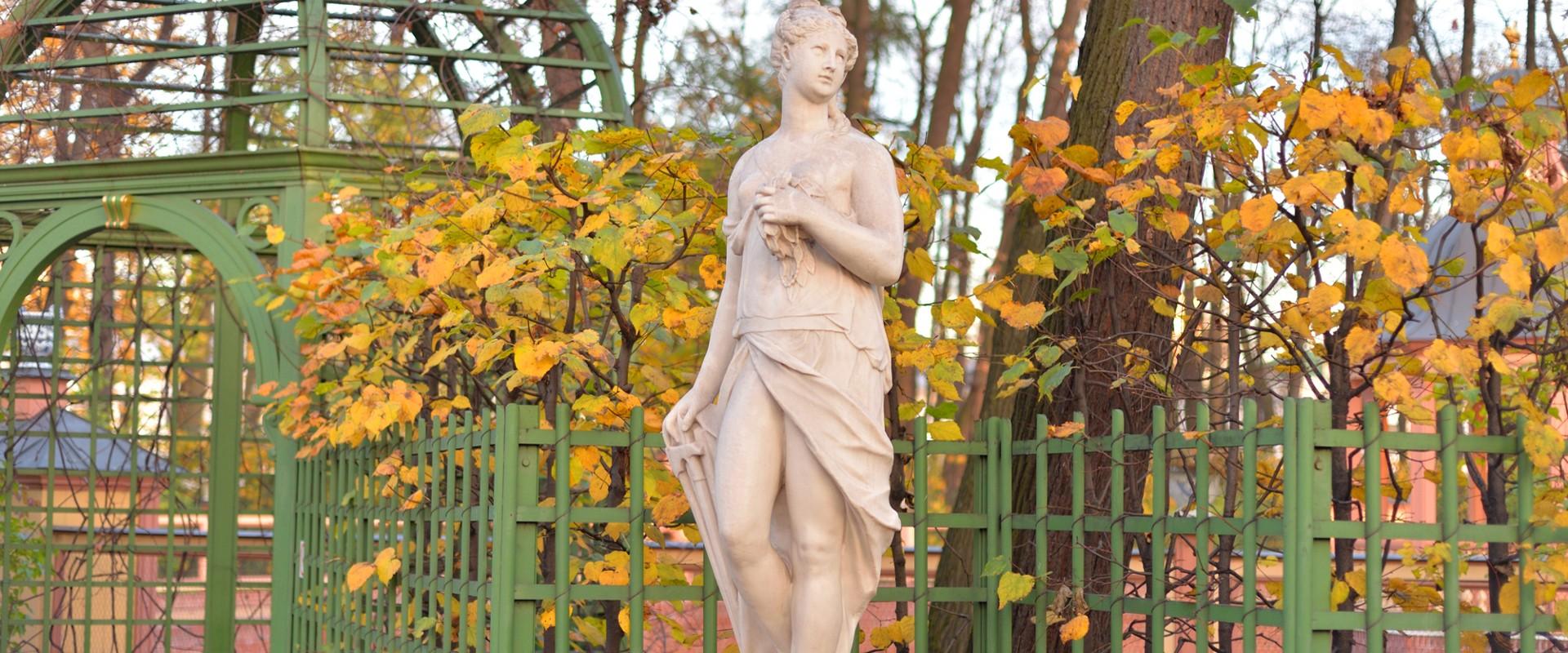 Статуя богини Немезиды в Летнем саду в СПб
