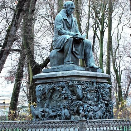 Памятник Ивану Крылову в Летнем саду в СПб
