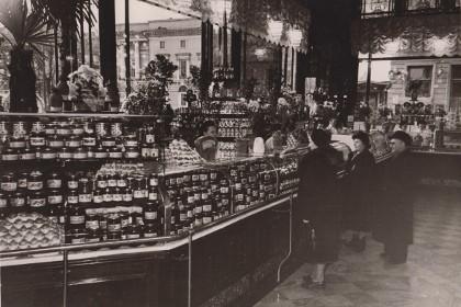 Елисеевский магазин (Гастроном №1) в 50-е годы ХХ века в СПб