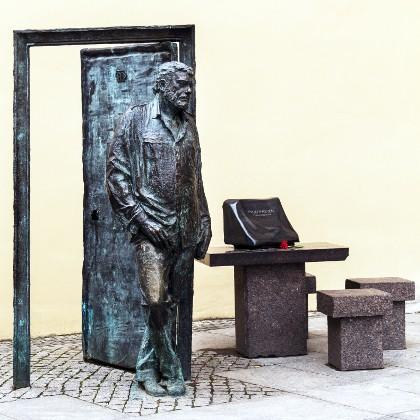 Памятник Сергею Довлатову на Рубинштейна в СПб