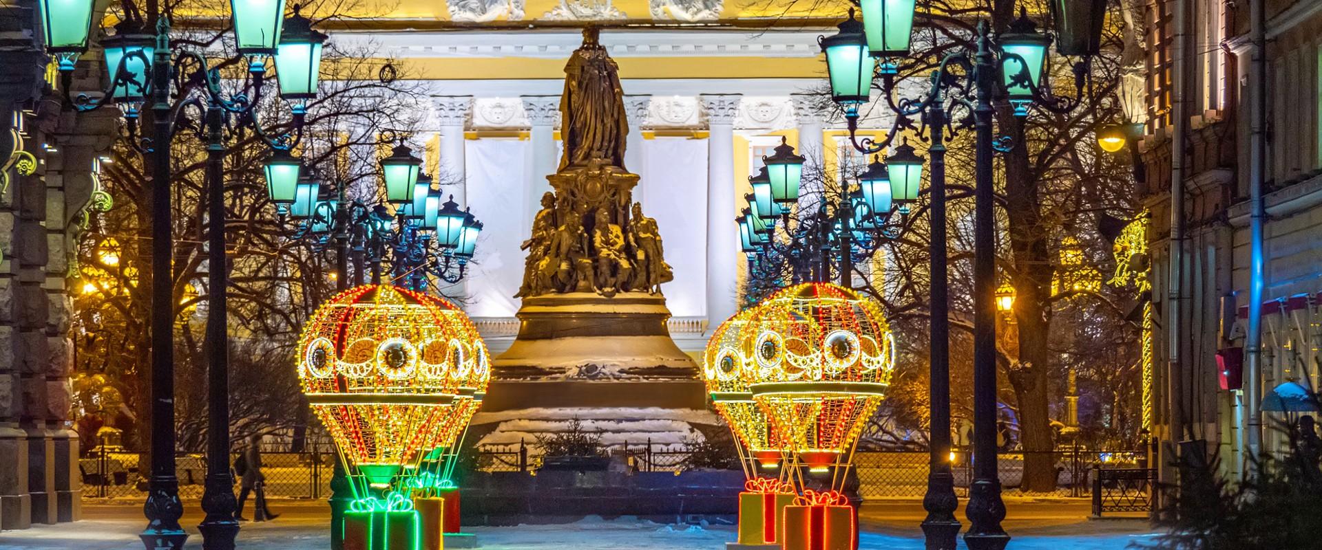 Памятник Екатерине Великой зимой в СПб