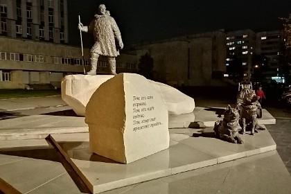 Памятник полярникам в СПб в ночное время
