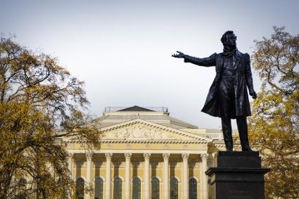 Памятник А.С. Пушкину «Читающий поэт» в Петербурге