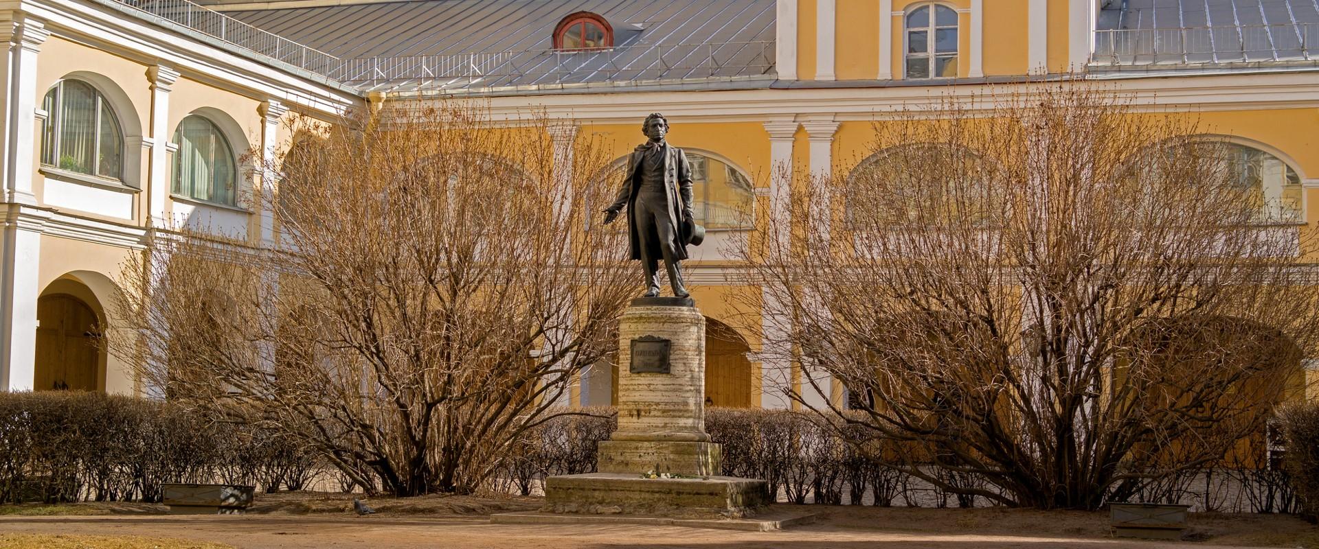 Памятник А.С. Пушкину во дворе дома на набережной реки Мойки в Петербурге