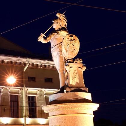 Памятник Суворову в ночное время в СПб