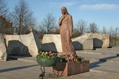 Фигура Скорбящей матери в парке интернационалистов в СПб