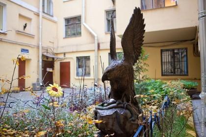 Скульптура орла в Птичьем дворике в СПб