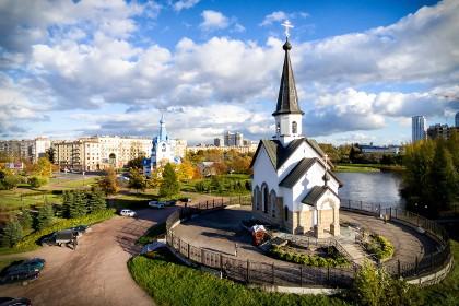 Вид на Георгиевскую и Рождественскую церкви в Пулковском парке СПб