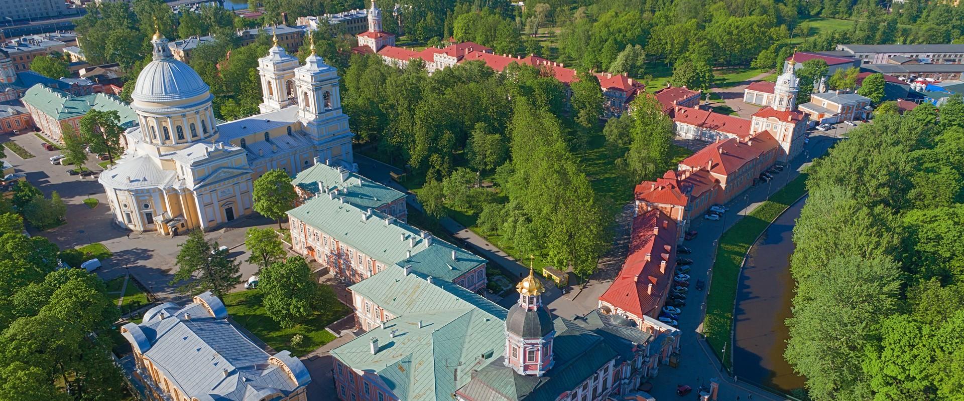 Вид сверху на Троицкий собор Александро-Невской Лавры в СПб