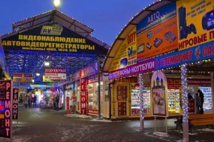 Рынок Юнона в вечернее время в СПб